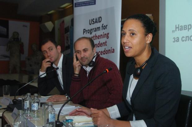 Нани Јансен, Саше Димовски и Филип Медарски на дебатата за навредата и клеветата (Фото ЦРМ/Дејан Георгиевски)