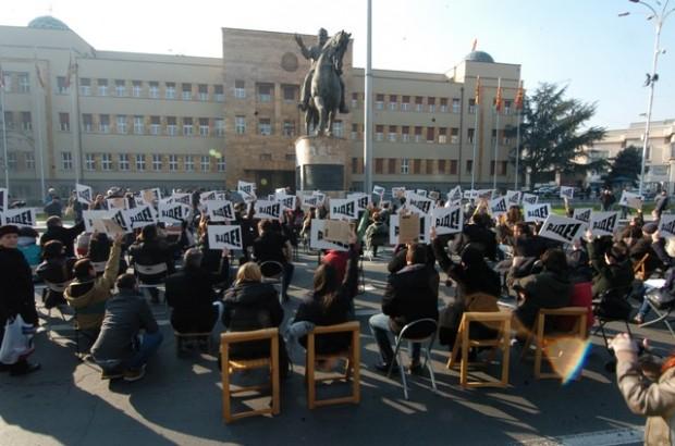 Активистите на Платформата АЈДЕ пред Собранието на РМ (Фото: Дејан Георгиевски/ЦРМ)
