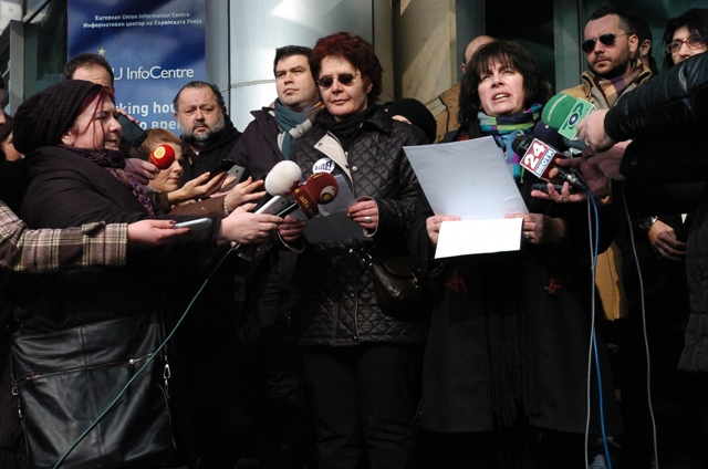The Open Letter was read, in front of the EU Delegation in Skopje, by Biljana Bejkova from the NGO Infocentre and Irena Stefovska from the Initaitive AJDE!